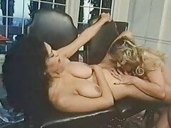 یک دختر عکس سکسی سینه وکس خیلی کوچک روی یک دیک بزرگ نشسته است