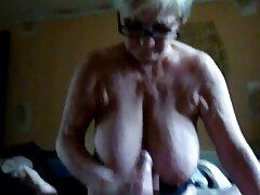 Reginochka در حال کار بر عکس سکسی کس وکون روی بیدمشک خیس خود است