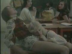 عوضی سیاه و با لبهای کامل او یک خروس ضخیم لیسیدن کس متحرک یک شخص سفید را لگد می زند
