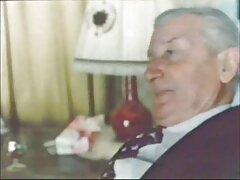 نیجر با نشسته در عکس کون وکس خارجی صندلی که انگشت خروس بزرگش را گرفته بود ، آرامش یافت